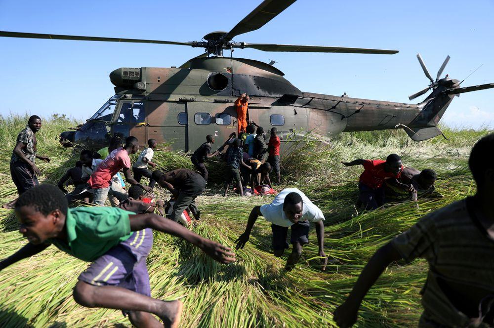 Доставка продовольственной помощи в деревню Нхаматанда в Мозамбике. 15 тысяч жителей страны оказались отрезаны от внешнего мира после циклона Идай, который обрушился на нее в марте.