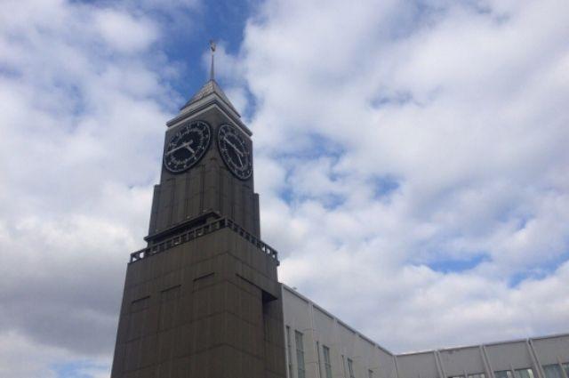 Городские часы, пожалуй, самая яркая точка в ансамбле Театральной площади. Красноярский Биг-Бен, настоящее украшение краевой столицы.