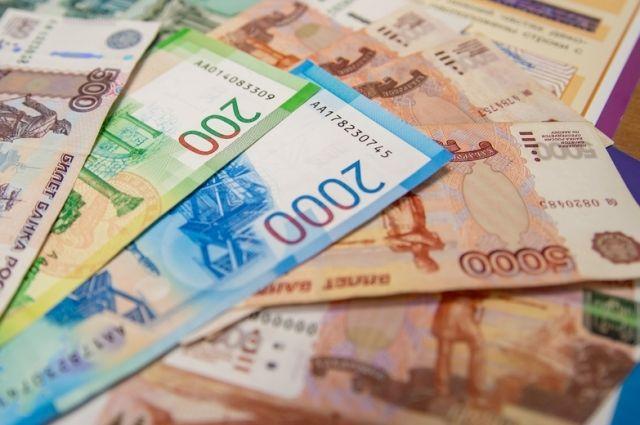Женщина принесла деньги во двор жилого дома по улице Островского.