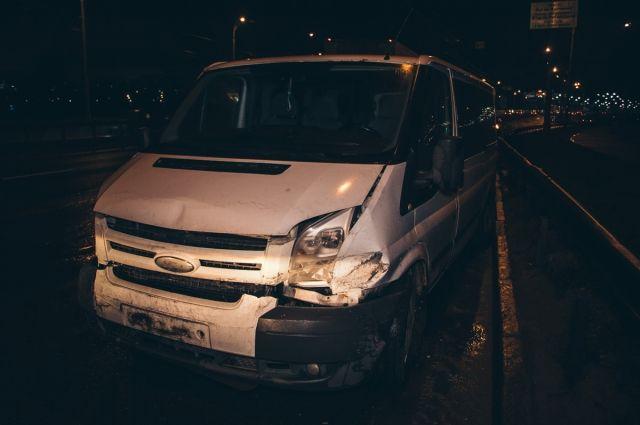 В Киеве часть моста упала на автомобиль