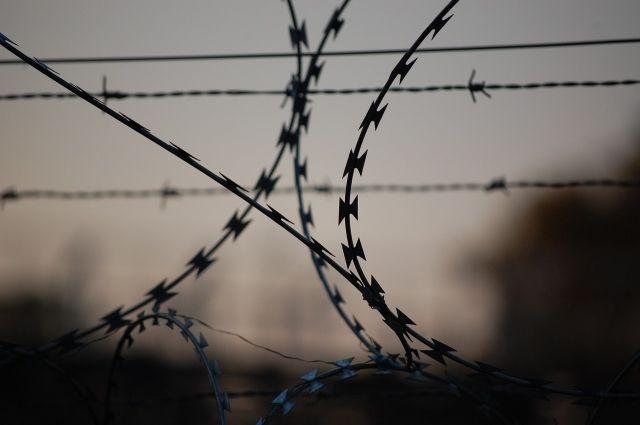 В Оренбуржье инспектор колонии пытался пронести осужденному наркотики.