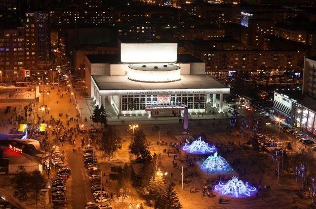 Увидеть Театральную площадь в праздничном убранстве сверху - красноярцы смогут на бесплатных экскурсиях.