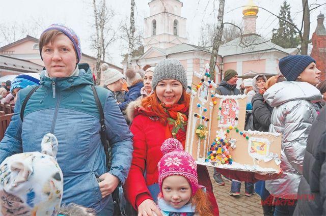 Дети приносят подписанные открытки и подарки, сделанные своими руками.