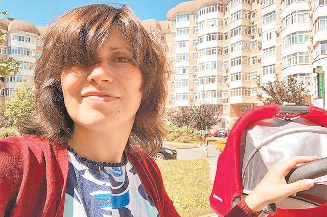 С коляской Светлана Зейналова гуляла в родном дворе.