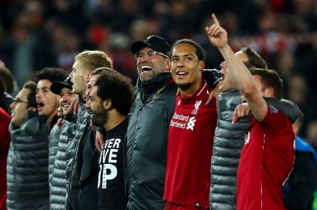 «Ливерпуль» празднует камбэк в матче с «Барсой». Мохаммед Салах (пятый справа, в обнимку с тренером Клоппом) в футболе с надписью «Never give up» (Никогда не сдавайся).