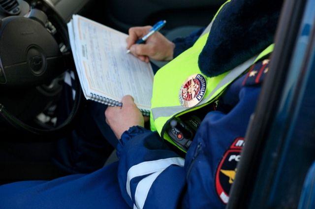 Несмотря на предупреждение, мужчина все же положил 2000 рублей на консоль патрульного автомобиля