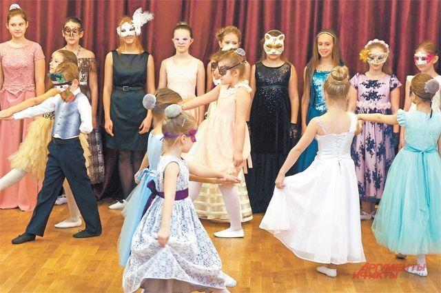 Для всех гостей вэтот вечер выступил хореографический коллектив «Бриз» систорическими бальными танцами.