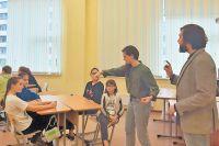 Сотрудники банка проводят лекцию на базе школы «Интеграл» в рамках проекта.