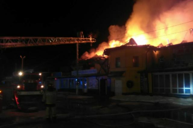 В крупном пожаре под Тюменью сгорел двухэтажный торговый центр