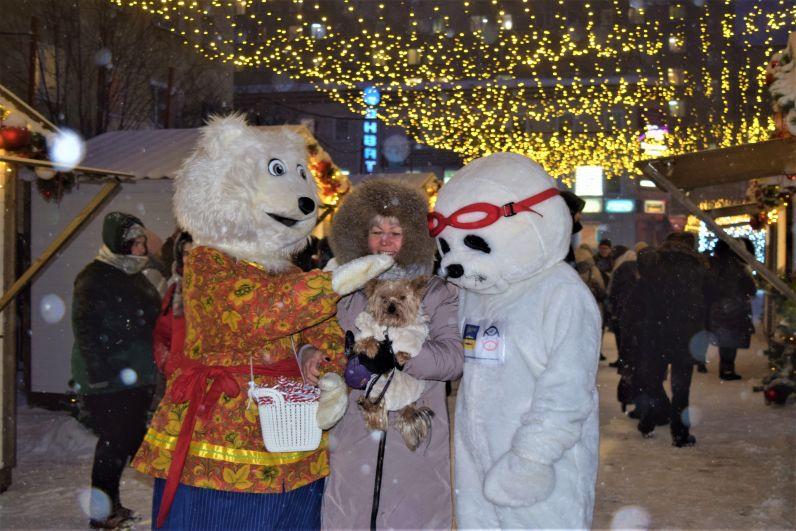 Аниматоры поздравляли северян и вручали им вкусные леденцы.