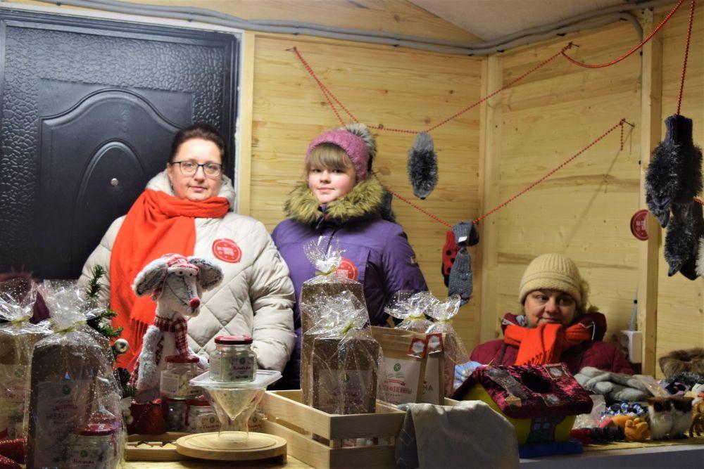 Лавки с сувенирами заинтересовали гостей фестиваля.
