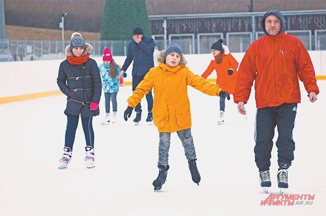 Скоро зимние забавы будут доступны в каждом дворе. Пока не выпал снег и не ударили морозы, можно ходить на каток с искусственным льдом в соседнем районе Покровское-Стрешнево.