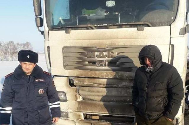 Водителя отогрели, грузовик завели