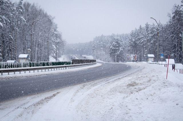 Ухудшилась видимость до 1-2 километров, в некоторых местах — до 500 метров, а на дорогах возможны заносы.
