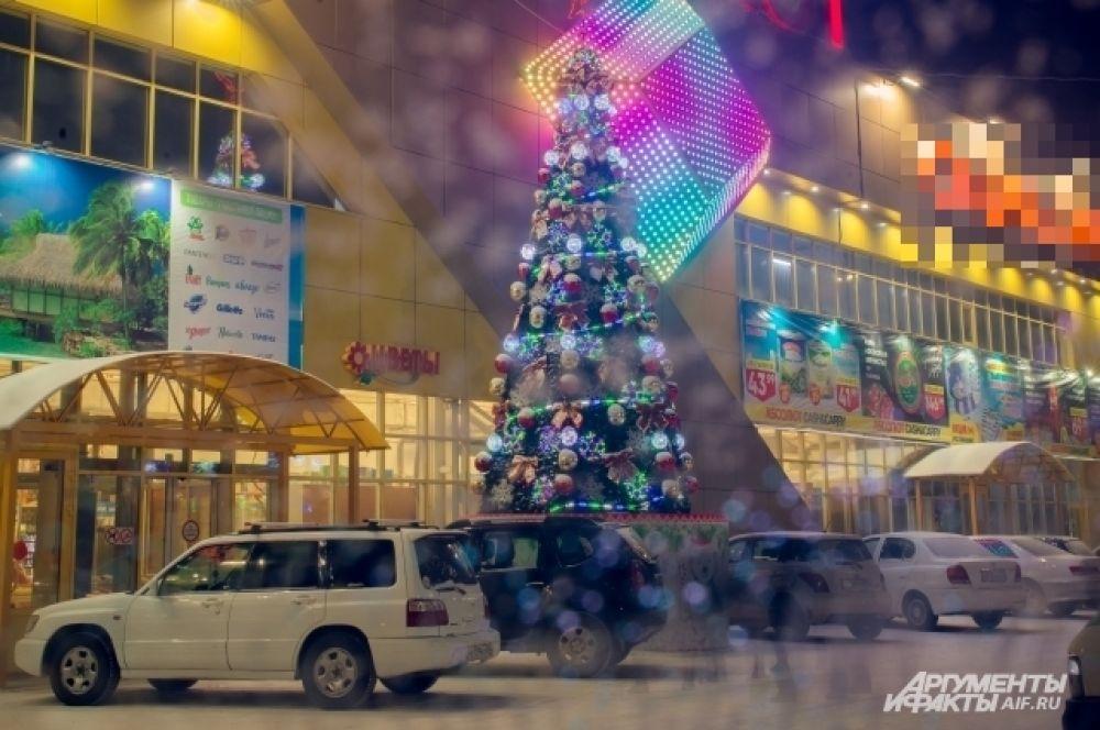 Новогоднее дерево у дома №50 по улице Мокрова