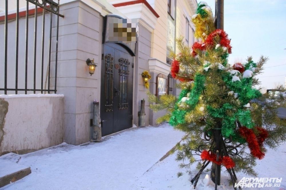 Ещё одна миниатюрная ёлка расположена по адресу: улица Ленина, 42
