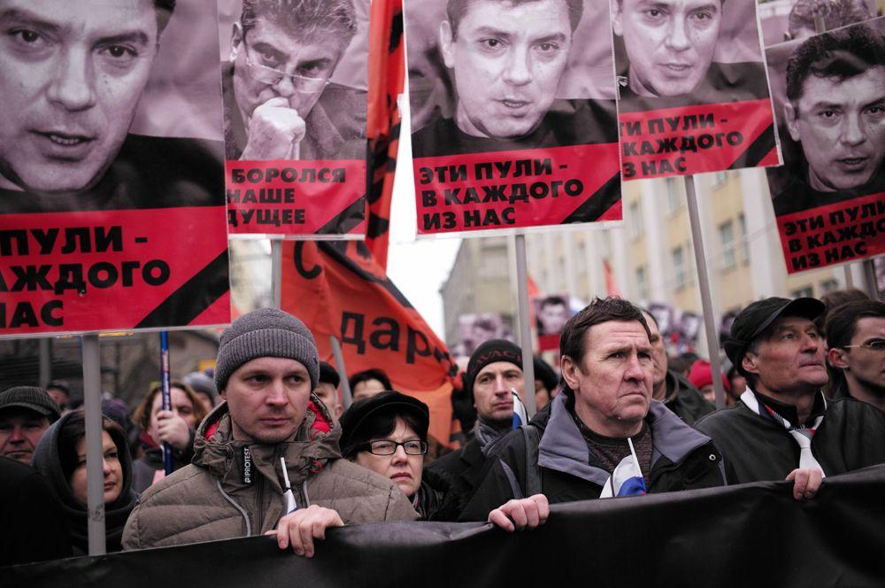В ночь на 28 февраля 2015 года в центре Москвы был убит Борис Немцов. Политик был застрелен во время прогулки со своей знакомой по Большому Москворецкому мосту.