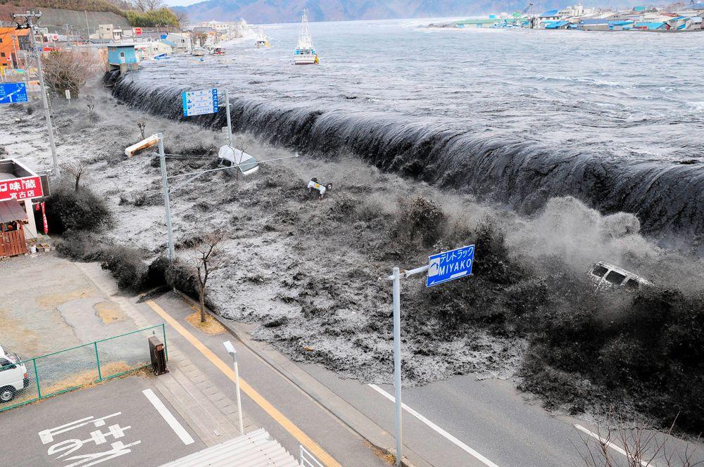 11 марта 2011 года произошло землетрясение у восточного побережья острова Хонсю в Японии, вызвавшее сильное цунами, которое произвело массовые разрушения на северных островах японского архипелага. По официальным данным, в результате стихийного бедствия погибли более 15 тысяч человек. На фото: огромная волна приближается к городу Мияко в префектуре Иватэ.