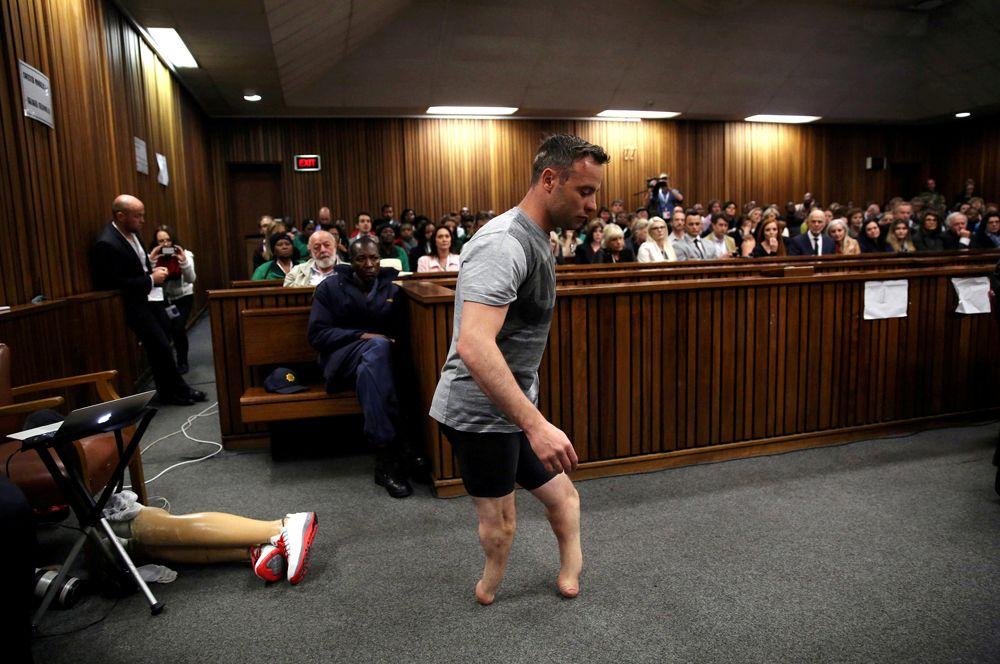 Знаменитый южноафриканский бегун-паралимпиец Оскар Писториус в зале суда. Спортсмен был осуждён за убийство своей подруги Ревы Стинкамп и отправлен за решетку на 13 лет и 5 месяцев.