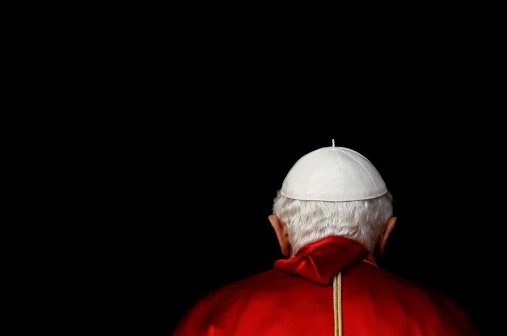 11 февраля 2013 года Бенедикт XVI (в миру Йозеф Алоиз Ратцингер), предшественник нынешнего папы римского Франциска, стал первым папой, который отрекся от престола за последние шестьсот лет. Причиной отречения было названо состояние здоровья понтифика, которому на тот момент было 85 лет.