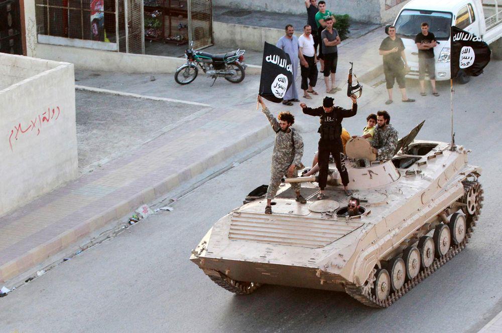 Боевики-исламисты принимают участие в военном параде на улицах Ракки, Сирия. 29 июня 2014 года террористы объявили о создании собственного «халифата». «Халифом» был объявлен главарь боевиков — Абдалла Ибрагим ас-Самараи, также известный как Абу Бакр аль-Багдади.