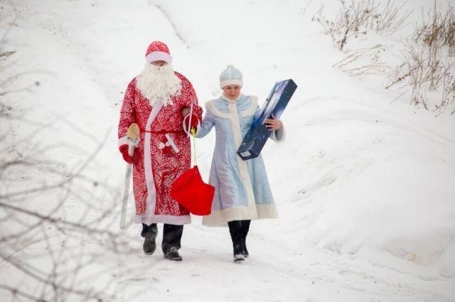 Дед Мороз и Снегурочка вручили подарки детям.