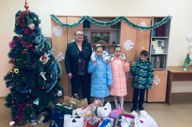 Тюменцы подарили 20 детям из многодетных семей теплую одежду