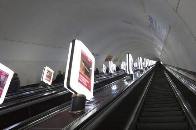ЧП в киевском метро: девушку затянуло в эскалатор