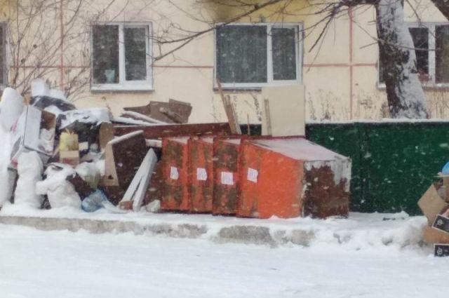 Сложенные мусорные баки вызывают недоумение у Новосибирцев.