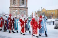 Более десяти лет поздравляют жителей Татарска многочисленные Деды Морозы и Снегурочки.