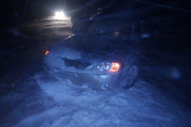 Занесенную снегом машину обнаружили бойцы оперативной группы.