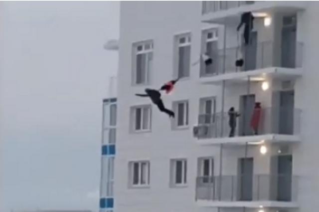 Видео опасного прыжка сняли, очевидно, жители противоположного дома.