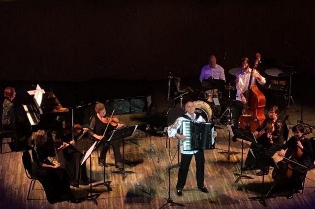 Под аккомпанемент «Виртуозов» зрители вместе с солистами ансамбля исполнят свои любимые новогодние песни