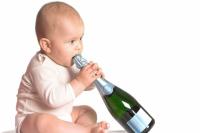 Дурной пример или семейная традиция? Наливать ли детям в праздники спиртное