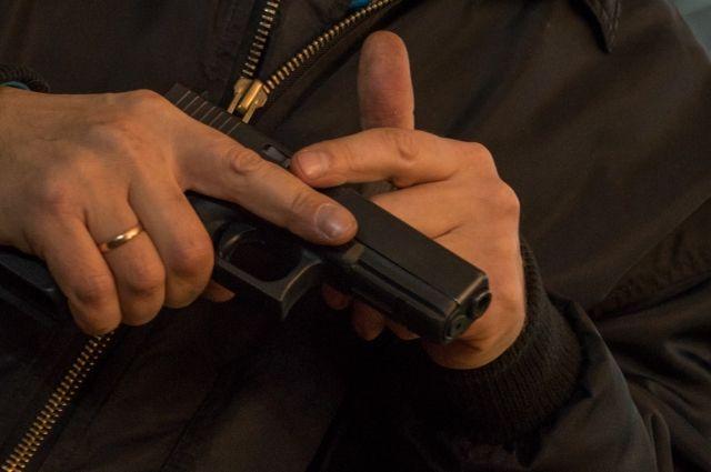 Оказалось, что сотрудник полиции, стараясь утихомирить дебошира, выстрелил в воздух.