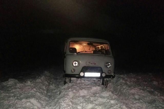 Под Новотроицком из «снежного плена» спасены застрявшие в «УАЗе» люди.