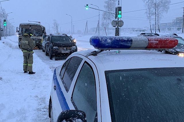Инспекторы ДПС преследовали автомобиль на патрульном транспорте с включёнными проблесковыми маячками и звуковой сиреной.