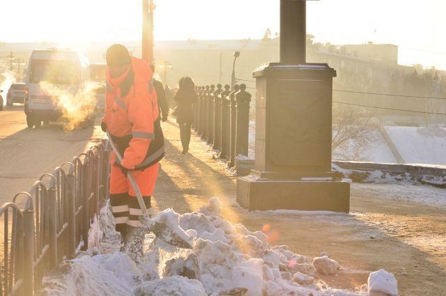 Снега в первые дни года выпало больше обычного, что и осложняет работу по его уборке.