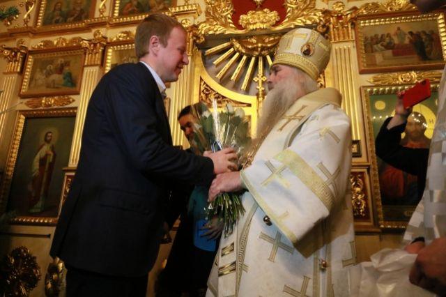 Виктор Томенко подарил митрополиту цветы.