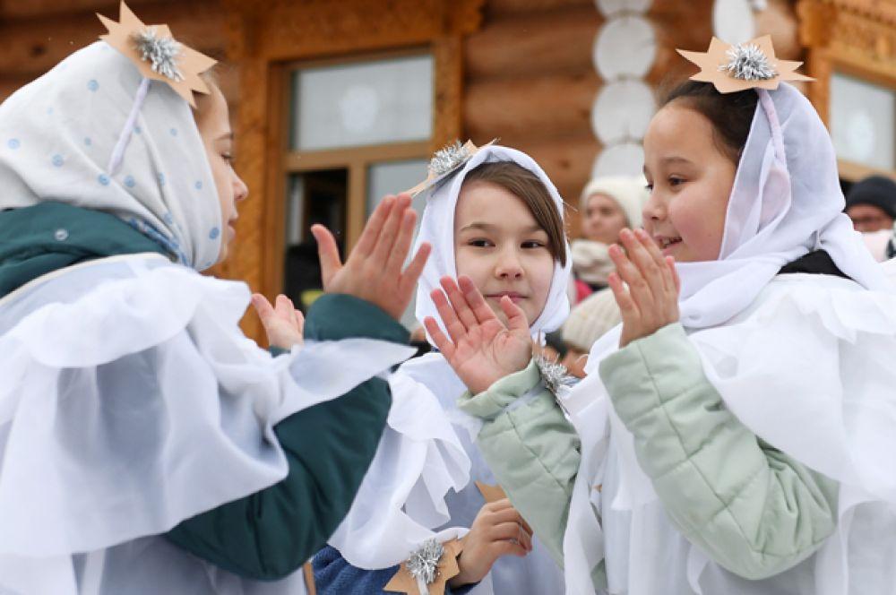 Участники празднования русской культуры на территории храма святителя Николая Чудотворца в селе Никольское.