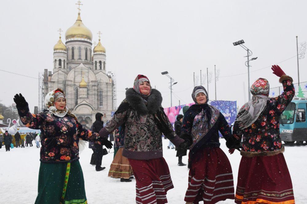 Женщины на национальных костюмах во время празднования Рождества на центральной площади Владивостока.