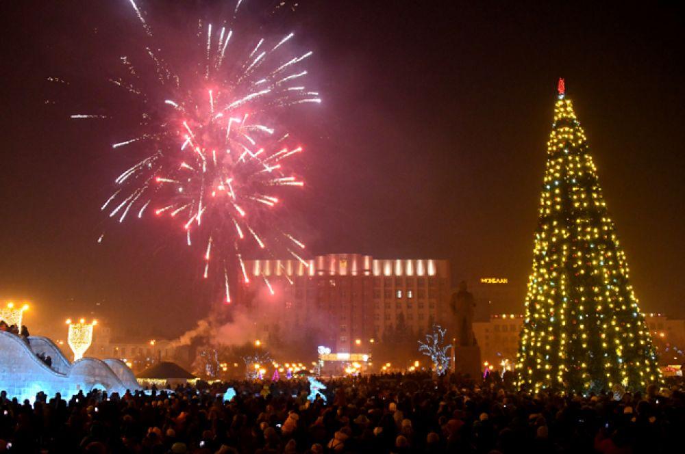 Праздничный фейерверк на площади Ленина в Чите в честь праздника Рождества Христова.