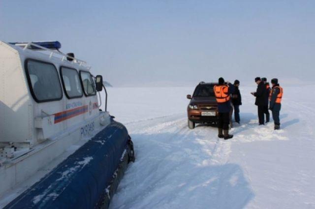 Выезжать на лёд нужно медленно, без толчков и торможений, со скоростью не более 10 км/час, советуют спасатели