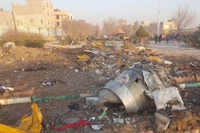 Украинский самолет со 180 пассажирами на борту разбился в Иране: детали