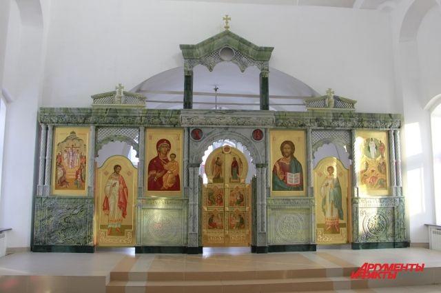 Иконостас полностью сделан из сибирских самоцветов: нефрита и офикальцита.