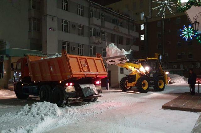 Ситуация с уборкой снега осложнилась трехдневными обильными снегопадами.
