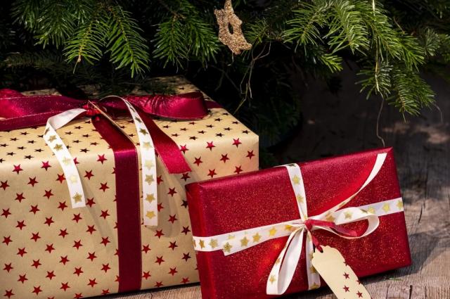 В Салехарде Снегурочка из полиции дарила детям подарки