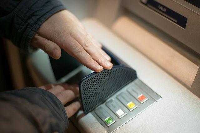 По информации сотрудников магазина, мужчина пытался внести деньги на счет, но банкомат их не принял.