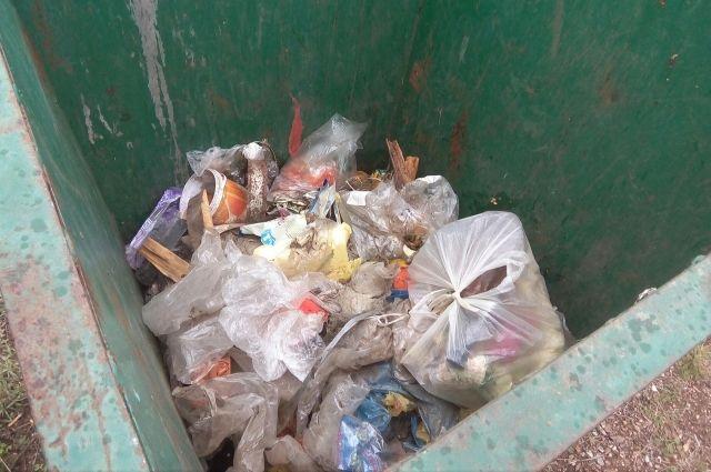 Жители Надыма устроили помойку в собственном подъезде
