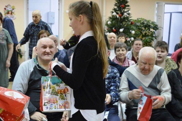 Старики искренне радуются поздравлениями и подаркам.